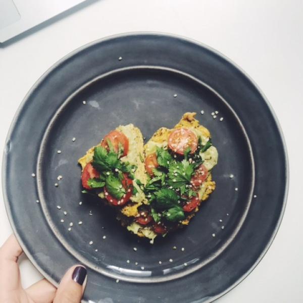 Tosta de abacate low carb com ovo e tomate